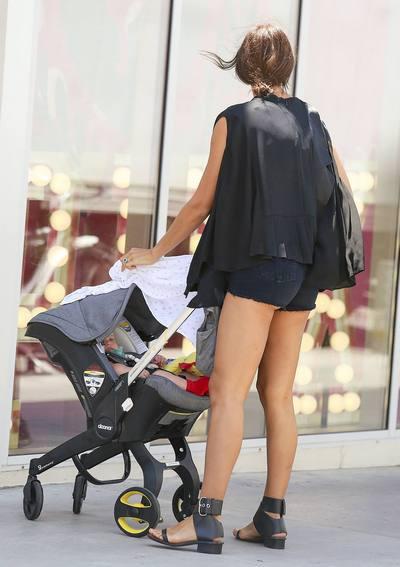 Ирина Шейк на прогулке с дочерью