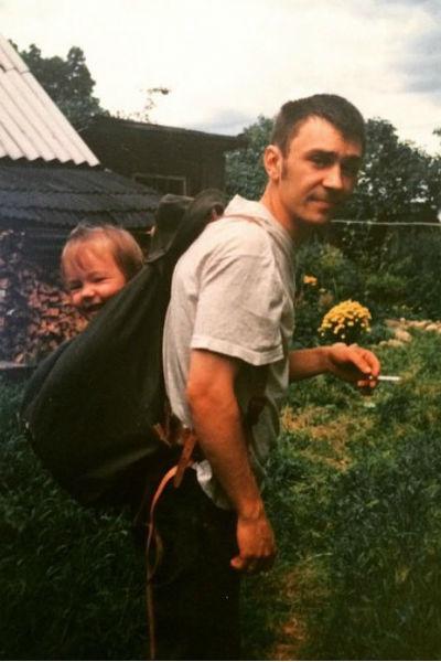 Молодой Шнуров с дочкой Серафимой