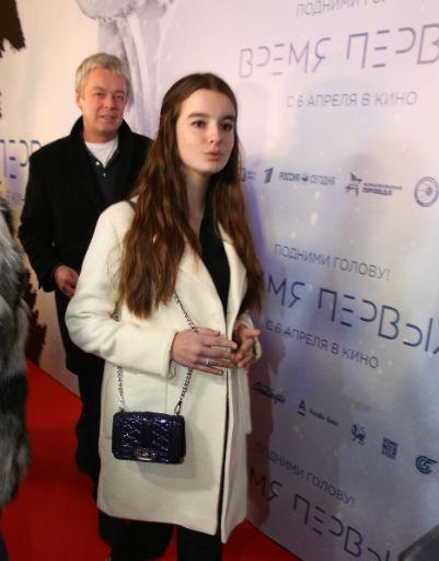 Саша Стриженова пришла на премьеру вместе с родителями