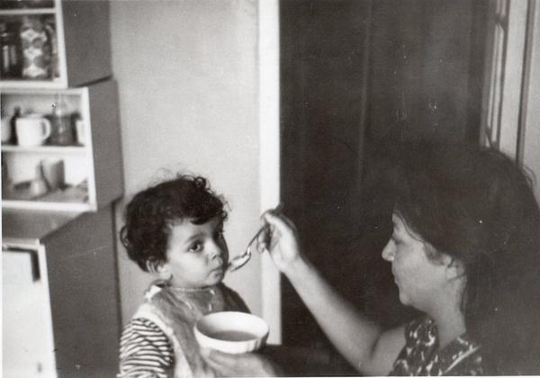 Мама Филиппа Киркорова кормит его с ложечки