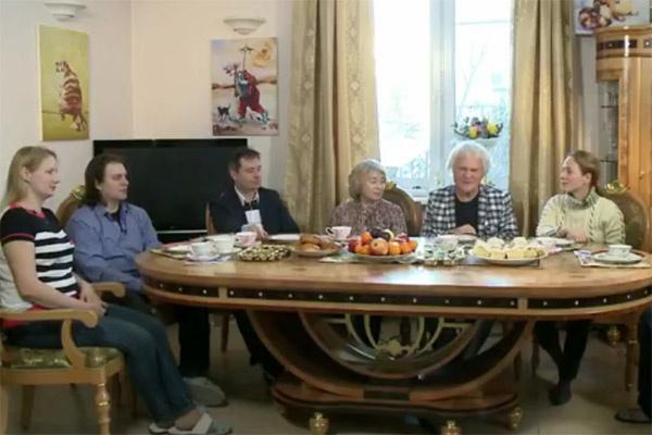 Передача «Пока все дома» побывала в гостях у Куклачевых