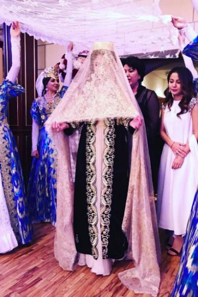 По традиции, проходя первый раз по залу, невеста кланялась гостям