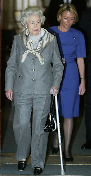 В начале 2000-х королева была вынуждена ходить с тростью из-за болей в колене