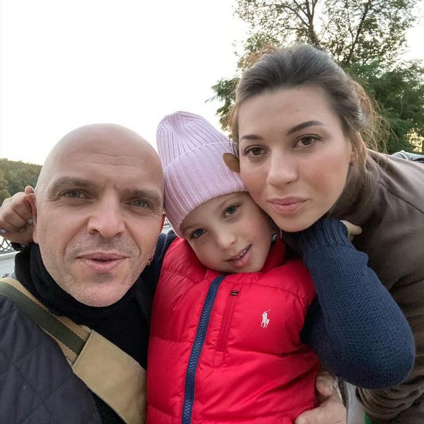 Вместе с женой Натальей и дочерью Таисией певец перебрался на лоно природы