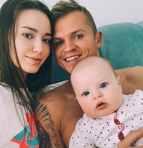 Дмитрий Тарасов опубликовал фото с женой и дочерью