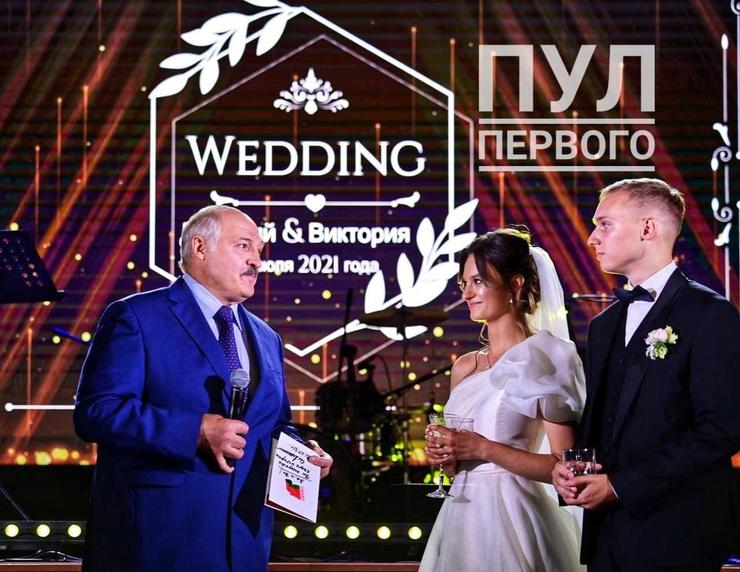 Лукашенко лично приехал на свадьбу внучки