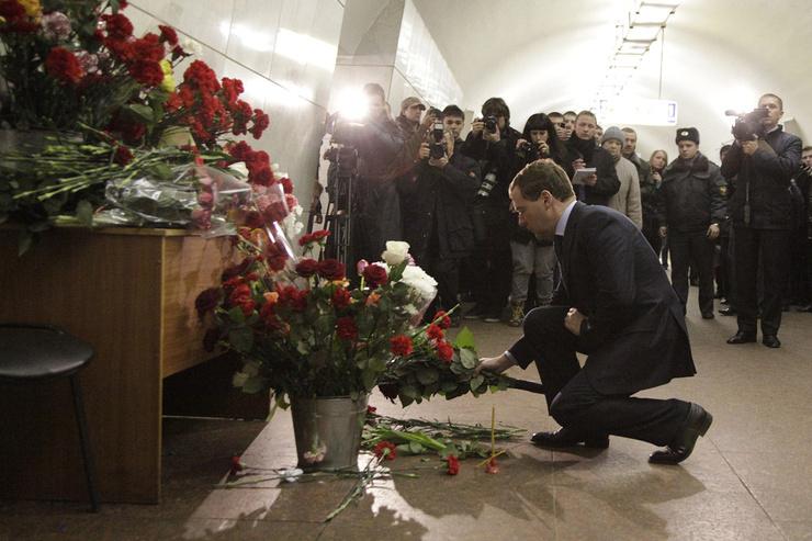 Ежегодно в день памяти люди приносят цветы к мемориалу