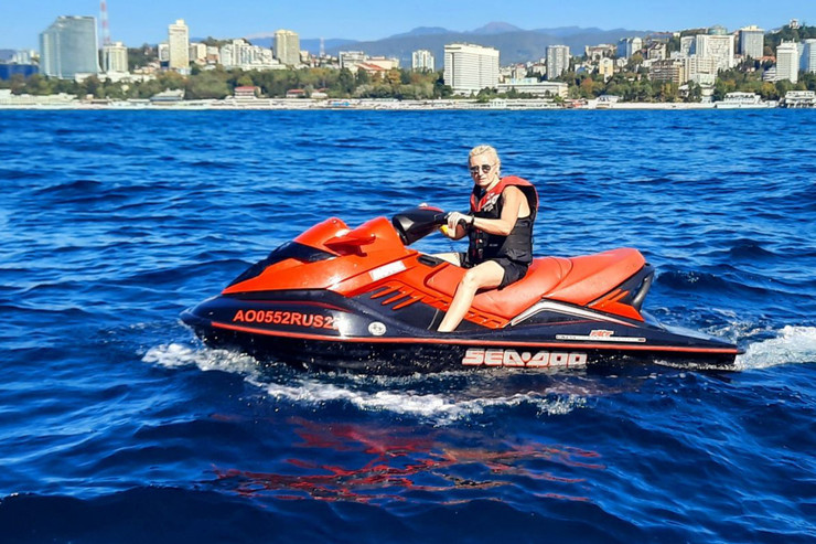 Диана уже успела прокатиться на водном мотоцикле...