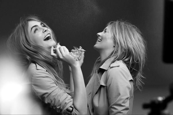 Кара Делевинь и Кейт Мосс на съемках рекламы My Burberry