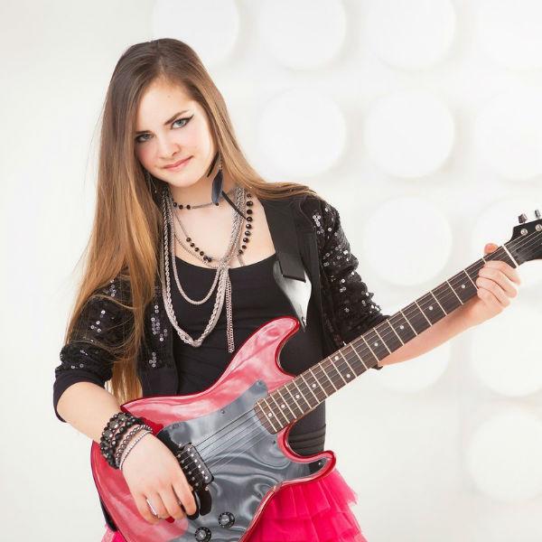 15-летняя Агния, как и ее отец, особенно любит играть на гитаре