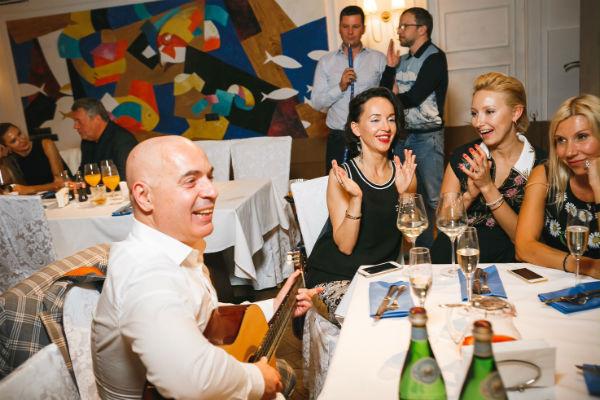 Михаил и Евгения с друзьями на празднике по случаю дня рождения сына