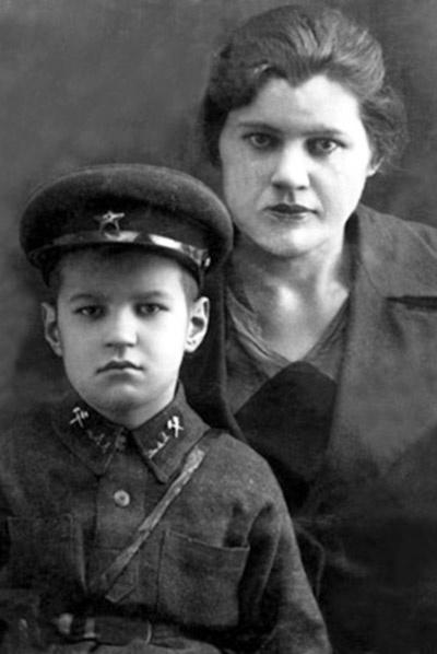 Георгий Иванович был очень привязан к матери, но не позволял родительнице решать вопросы его личной жизни