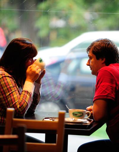 За ними - супруги Зина и Сергей, неторопливо пившие горячий шоколад с десертом - венецианскими трубочками