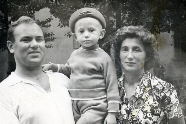 Сергей Челобанов с родителями