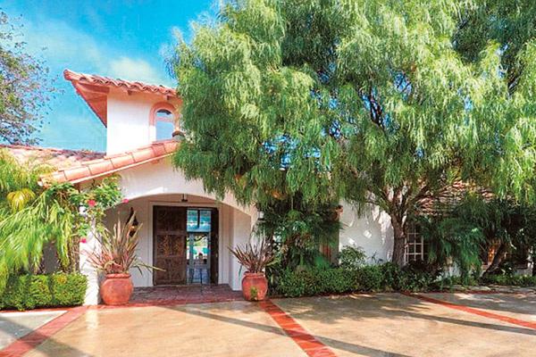 Этот дом в Малибу Шон сначала обустраивал для сына Шарлиз. В мае планировал продать, чтобы переехать к возлюбленной в особняк в Голливуде. Но, к счастью, не успел, иначе бы сейчас жил на улице