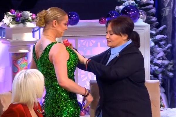 Лариса Гузеева постаралась прикрыть откровенное декольте балерины