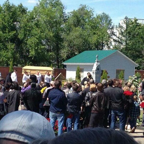 Сотни людей аплодировали Фриске, провожая ее в последний путь