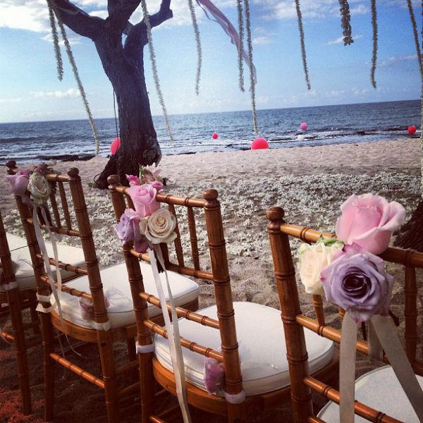 Каждый стул был декорирован букетиком цветов