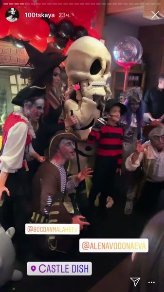 На вечеринке гости были облачены в костюмы разной нечисти