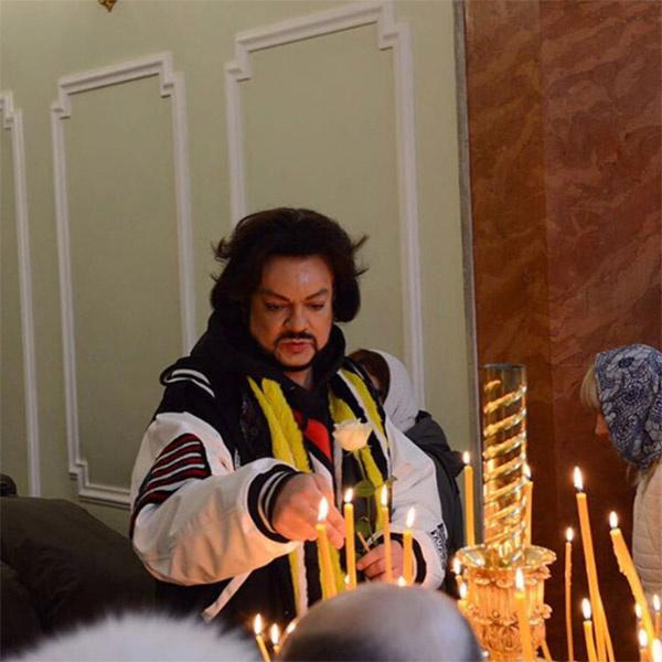 Филипп Киркоров всегда ставит свечи в храме