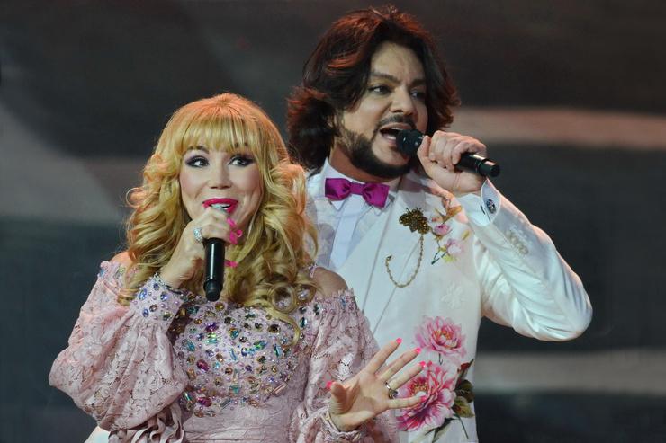 Одно время ходили слухи, что у Маши роман с Филиппом Киркоровым, и Пугачева ревнует певца к сибирячке