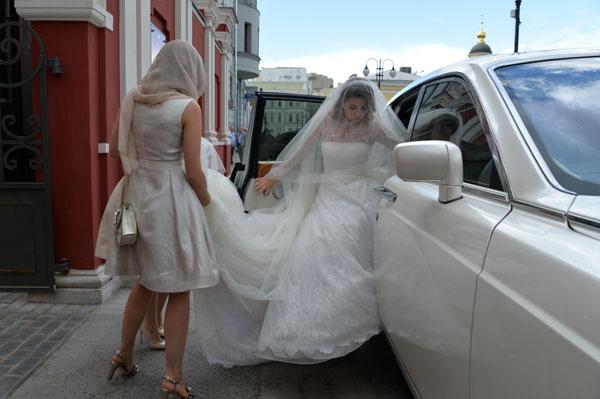 У белого платья, которое сшил дочери Валентин Юдашкин, был длинный шлейф