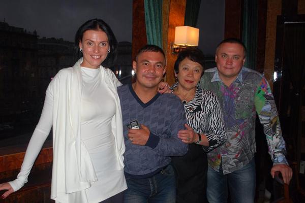 День рождения Кости Цзю в Москве, сентябрь 2013 года. На фото: Татьяна, Костя, тетя боксера Валентина и его двоюродный брат Константин