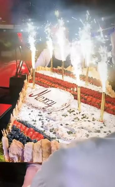 Торт именинника украсили свечами-фейерверками