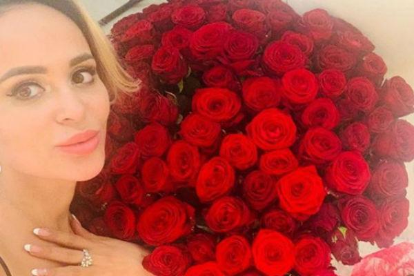 Анна Калашникова показала кольцо и букет от будущего мужа