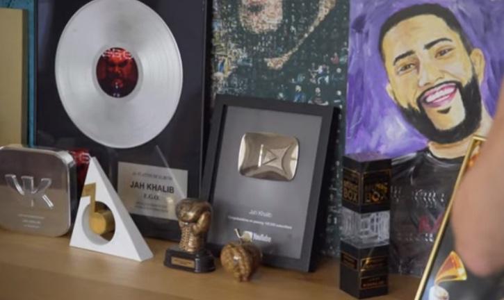 В кабинете певца находятся его награды и портреты