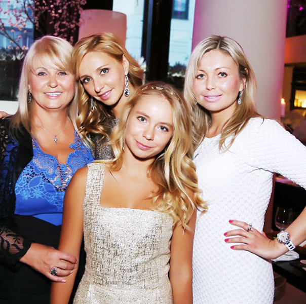Татьяна Навка с мамой Раисой  Анатольевной, младшей   сестрой Натальей и старшей   дочерью Сашей
