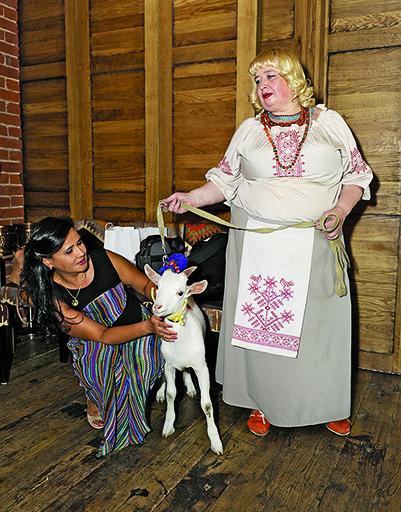 Гостей встречала женщина в национальном костюме с козой. Директор кинофестиваля Лилия Савина пришла одной из первых.