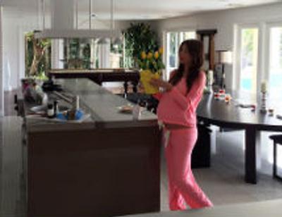 Беременная Кети Топурия украшает дом