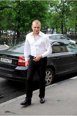 А вот Сергей Бондарчук прибыл на свадьбу без своей супруги Таты, она подъехала позже