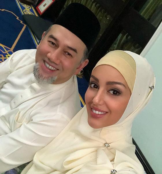 Вскоре после свадьбы Мухаммад V отрекся от престола