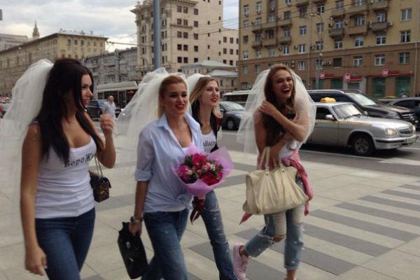 Девушки собрались, чтобы расслабиться перед девичником