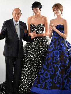 Оскар де ла Рента с моделями на показе
