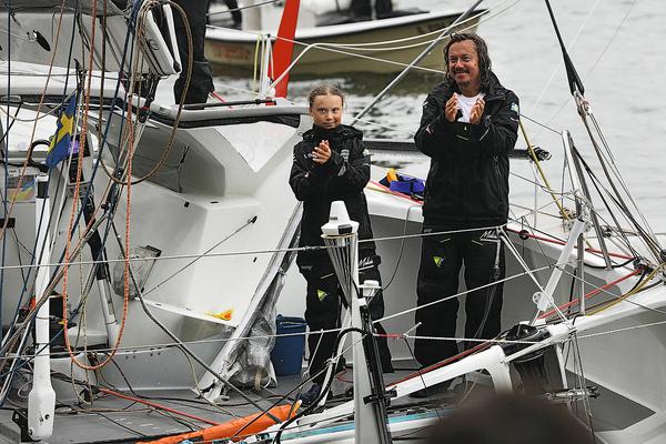 Вместе с отцом на самой быстроходной яхте в мире она за 2 недели добралась до берегов США