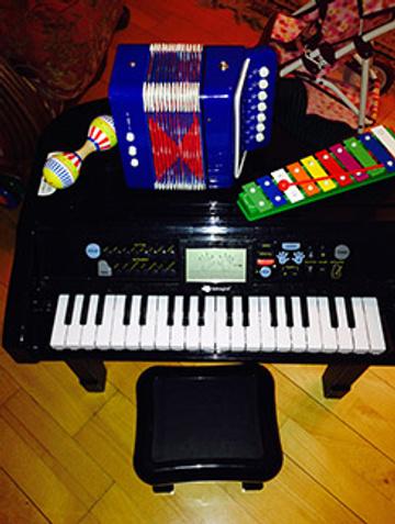 А теперь предпочитает музыкальные мини-инструменты