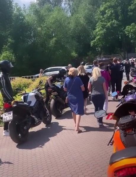 Гроб с его телом пронесли через колонну мотоциклов