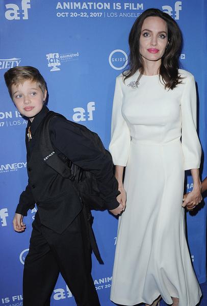 Шайло часто сопровождает мать на кинопремьерах, но излишнее внимание ей совсем не льстит