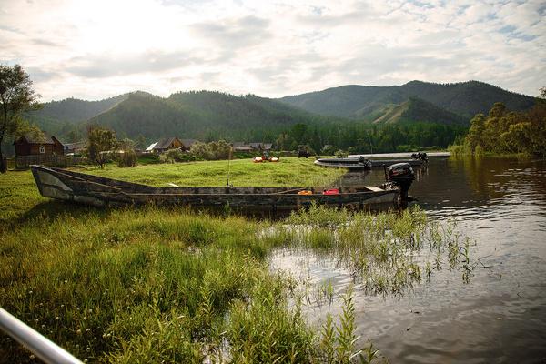 Добраться в тувинскую деревню Катазы можно лишь на вертолете или вплавь по реке Каа-Хем