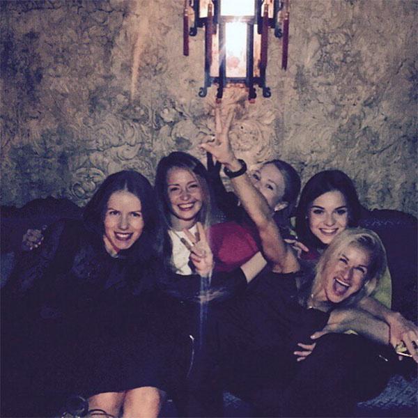 Татьяна Волосожар (крайняя слева) в компании подруг на вечеринке по случаю завершения свободной жизни