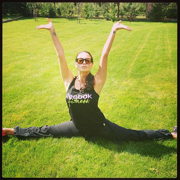 Тренировки  она начала  срастяжки  иупражнений  на пресс.  18 августа  2013  года