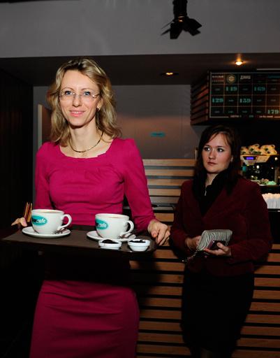 Анастасия и Алена заказали оладьи и кофе. Не забыли и коллегу: для нее - кофе на вынос
