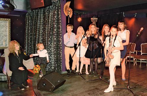 Недавно в замке Пугачевой и Галкина в деревне Грязь прошел отчетный концерт школы. Для выступлений отвели студию со сценой на нижнем этаже. Финальный номер концерта – «Песенка про музыку», на саксофоне – Диана Гривиннова