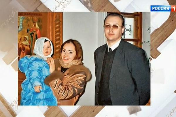 Борис с дочерью и экс-возлюбленной Натальей, которая является крестной девочки