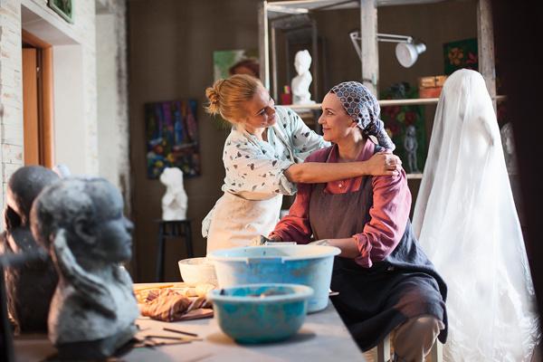 Маму героини Арнтгольц играет Татьяна Лютаева. Кадр из сериала «Наживка для ангела» кинокомпании «Русское»