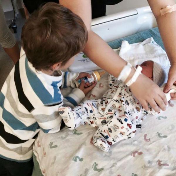 Старший брат уже проявляет заботу о новорожденном