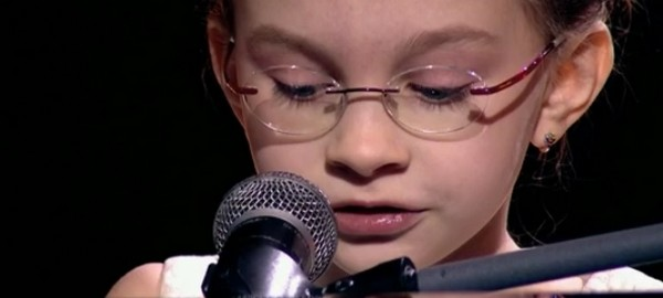 Виктория Старикова во время выступления с композицией Земфиры